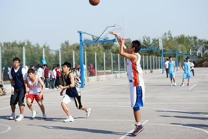 日升体育助力学生篮球运动 为学校提供专用篮球